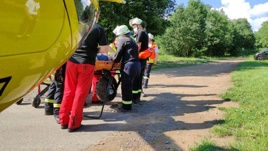 Umlagern der Patientin von der Schleifkorbtrage auf die Trage des Rettungshubschraubers